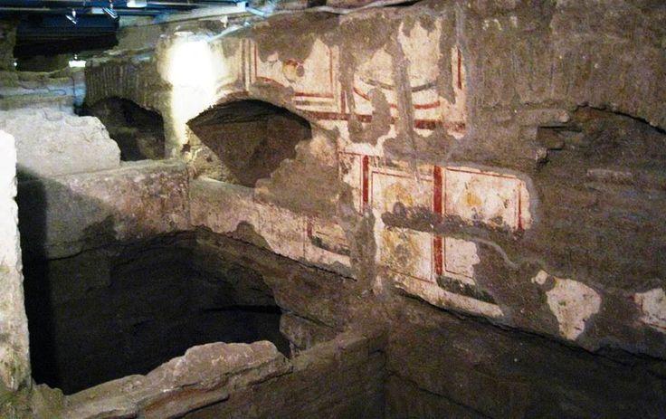 Necropoli paleocristiana, villa Elvira, Pozzuoli. Gli affreschi del II-IV secolo. Villa Elvira si trova alle spalle della antica chiesetta di San Vito e fu costruita su antiche vestigia romane adibite ad uso sepolcrale.