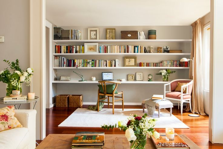 ESTUDIO Y LIBRERÍA De DM y lacada en el color de la pared, con una balda inferior que la convierte en estudio. Silla de Arkitektura.