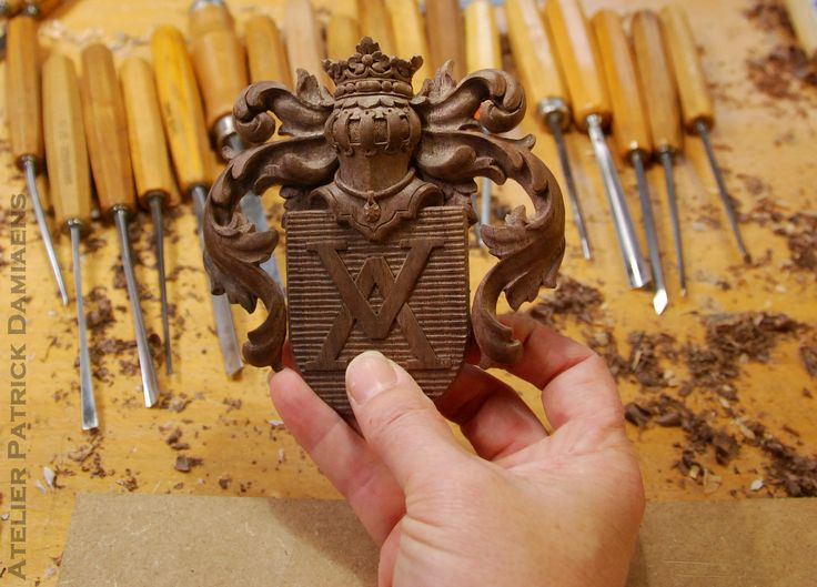Coat of arms carved in wood | Crest carved in wood | Coat of arms of the Dutch Family ODINK | http://www.patrickdamiaens.be