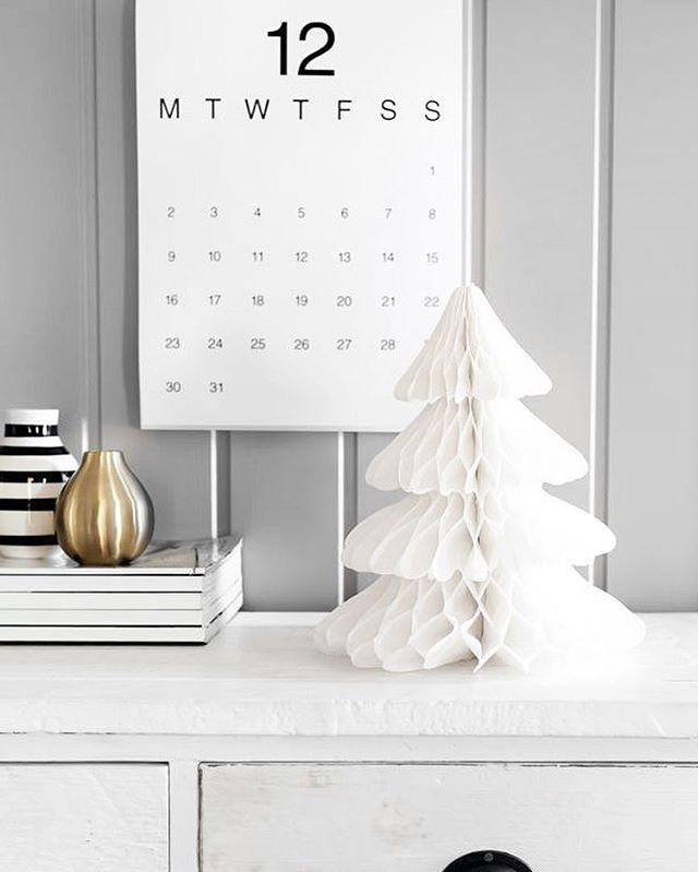 Julpynt i all ära. Men enkelhet är finast enligt mig. Vitt silver guld  (pic Pinterest) #christmas #xmas #decoration #decor #christmastree #christmasdecor #december #interior #inredning #simple #julpynt #jul #såhimlafint #pinterest #inspo #julinspiration #notmypic - Architecture and Home Decor - Bedroom - Bathroom - Kitchen And Living Room Interior Design Decorating Ideas - #architecture #design #interiordesign #diy #homedesign #architect #architectural #homedecor #realestate…
