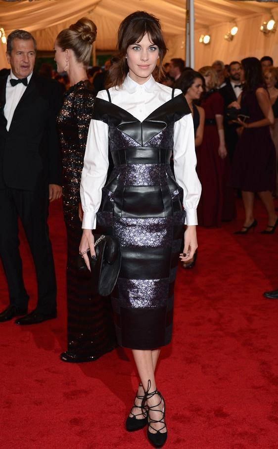 Alexa Chung superpuso un vestido de cuero de acabado satinado a una blusa romántica de inspiración naïf. Su look era de Marc Jacobs.