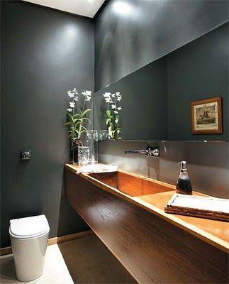 cinza e madeira no lavabo/bancada madeira