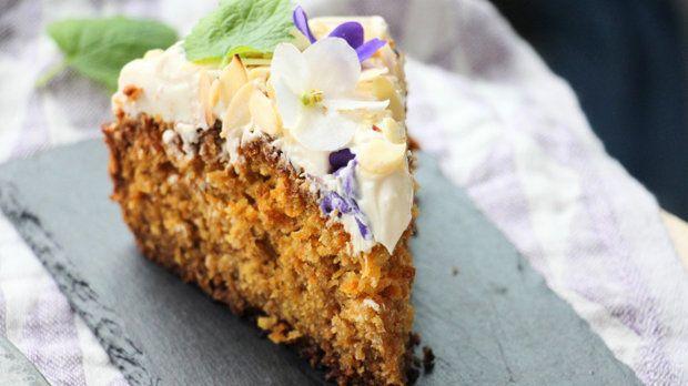 Mrkvový dort je zkrátka a jasně dokonalý dezert, který se snad nedá pokazit a bude vždy naprosto báječný sladký prohřešek.