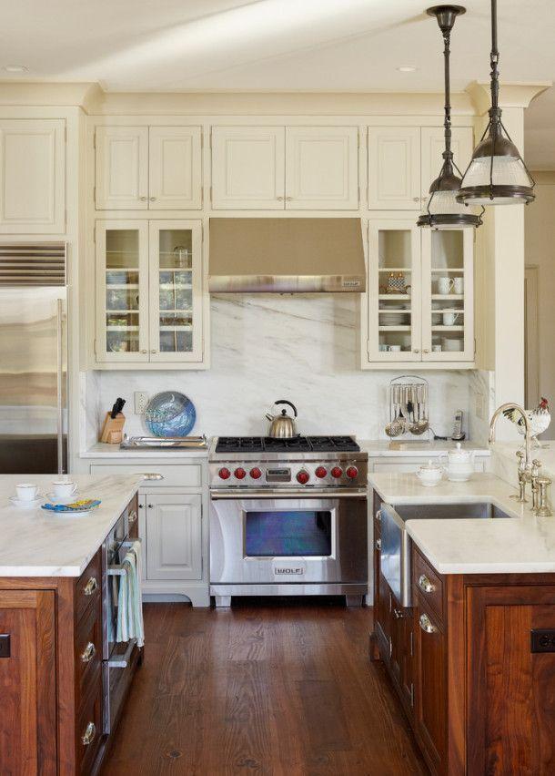 Один из самых важных предметов бытовой техники станет таким образом центром интерьера вашей кухни и в классическом стиле.#excll #дизайнинтерьера #решения