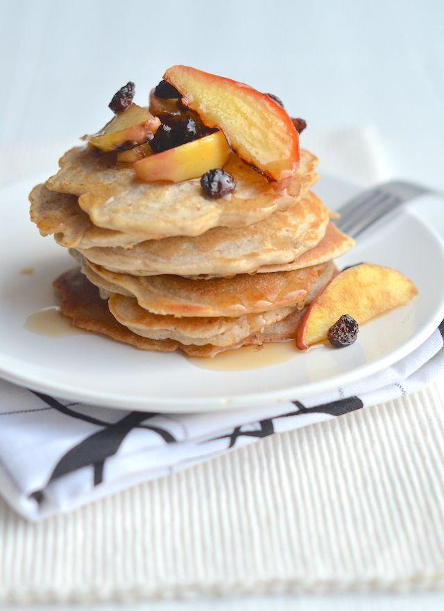 Havermout pannenkoeken Ingrediënten voor 8 – 10 st. 75 gr havermout 75 gr boekweitmeel 1 ei 180 ml (amandel)melk 2 tl bakpoeder 2 appeltjes Handje rozijnen 1 tl kaneel Snuf zout Olijfolie Maple syrup