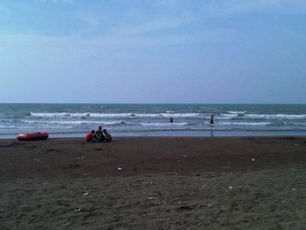 Pantai Sari (orang Pekalongan nyebutnya Ngebum) | via @Leo_Imannuel