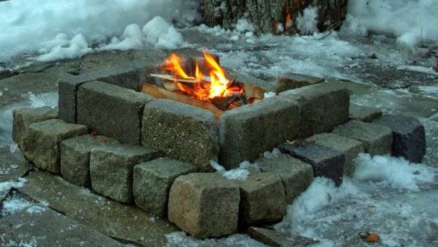 Minituren: Bygging av bål plass i hagen med stein, kubber og planker.