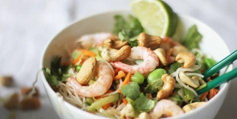 Fräsch och alldeles, alldeles underbar! Denna vietnamesiska nudelsallad med dressing är en fröjd för öga och gom. Enkel att slänga ihop, och du kan även göra den vegansk, byt bara ut räkor mot marinerad tofu och fisksåsen mot ljus soja och vips, så var det klart. Smaklig måltid! Recept från Lilla Matdériven. Det här behöver du 4 portionerDressing:Så...
