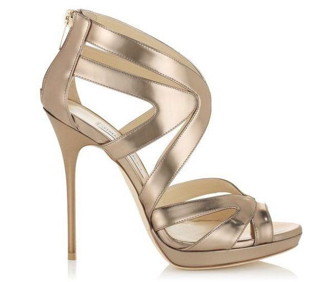 3. El toque de Midas: Sexy y elegantes; unas sandalias doradas otorgarán brillo a tu vestido de novia. No las recomendamos si tu traje tiene detalles en color plata.
