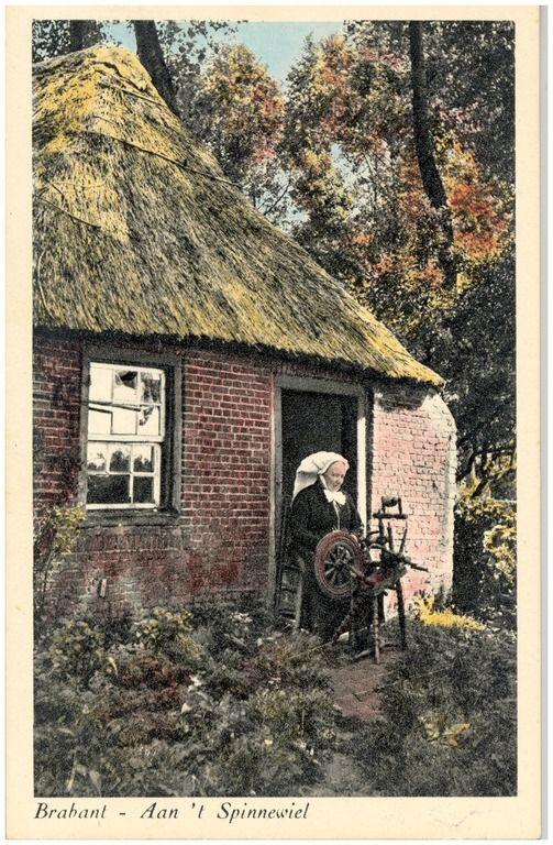 Het spinnen van garen door de boerin op het erf - 1890 - 1910 #Brabant