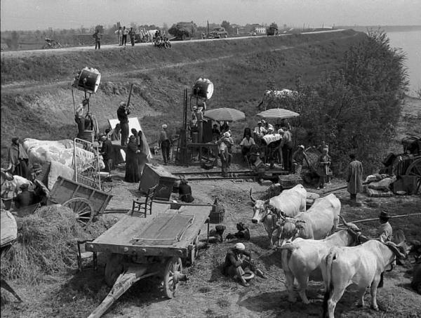 """Zona del Polesine. Adria. Il set del film """"Uragano sul Po"""" di Horst Hacler, con le attrezzature per le riprese."""