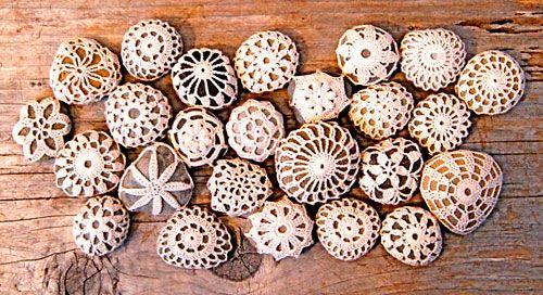 Pedras revestidas com crochê, para colecionar ou oferecer como lembrancinha