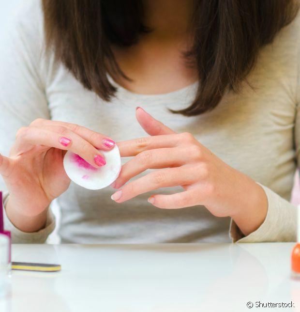 Como tirar cada tipo de esmalte: escuro, de glitter, metalizado e de unhas acrigel, confira os detalhes