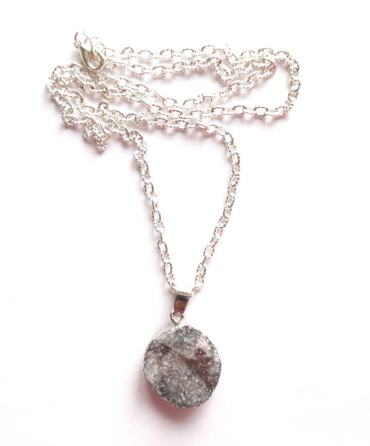 Halsband i silverplätering med ett hänge av grå druzy agat.  Längd: 48cm Hängets storlek: 3cm Lady of the Lake Sweden webshop http://ladyofthelake.se #bohemiskasmycken #bohostil #bohemian #jewelry #handmade #svenskdesign