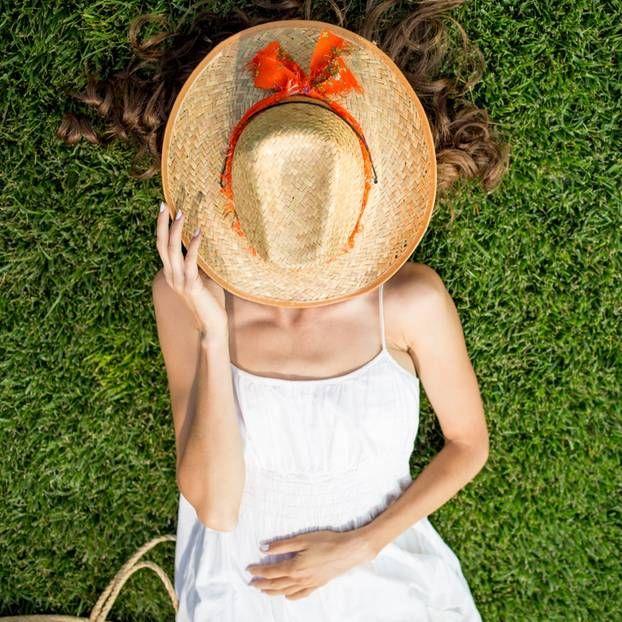 Eine Sonnenallergie, auch Polymorphe Lichtdermatose (pld) genannt, lässt uns unter Juckreiz, Hautrötungen und Quaddeln leiden. Welche Hausmittel helfen gegen die Lichtallergie?