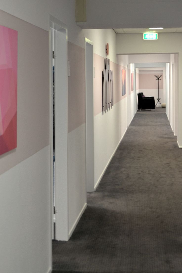 Ontwerp #Binnenkijken #Interieuradvies #NIM Maatschappelijk werk #kantoor #office #projectinrichting #paars #purple #rose #pink #hal #New Cover