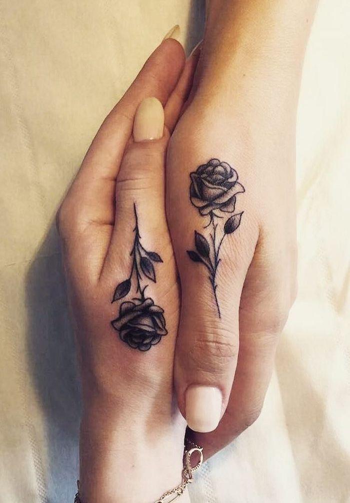 Tattoo Ideas Women – zwei Hände mit kleinen schwarzen Rosen tattpps mit kleinen