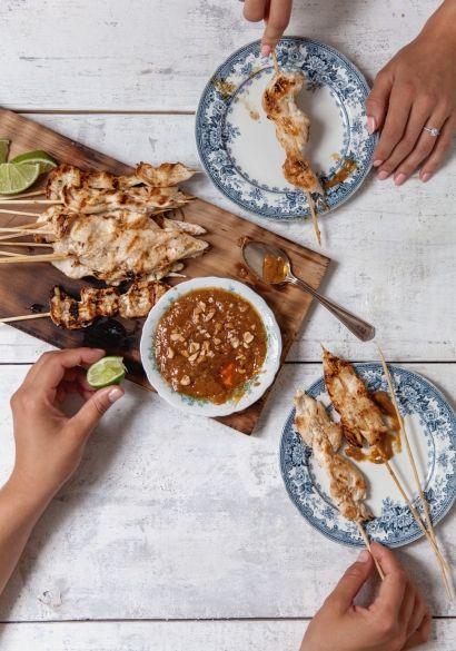 Brochettes de poulet satay à la noix de coco & sauce aux arachides - Recette | Trois fois par jour