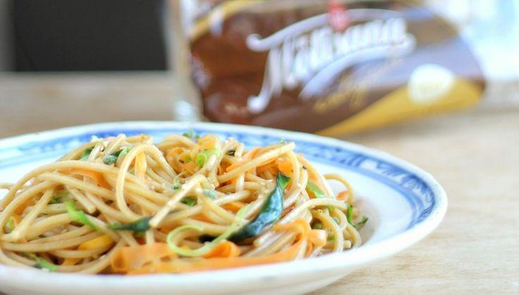 Spaghetto quadrato integrale con nastri di verdure al sesamo. La pasta integrale…