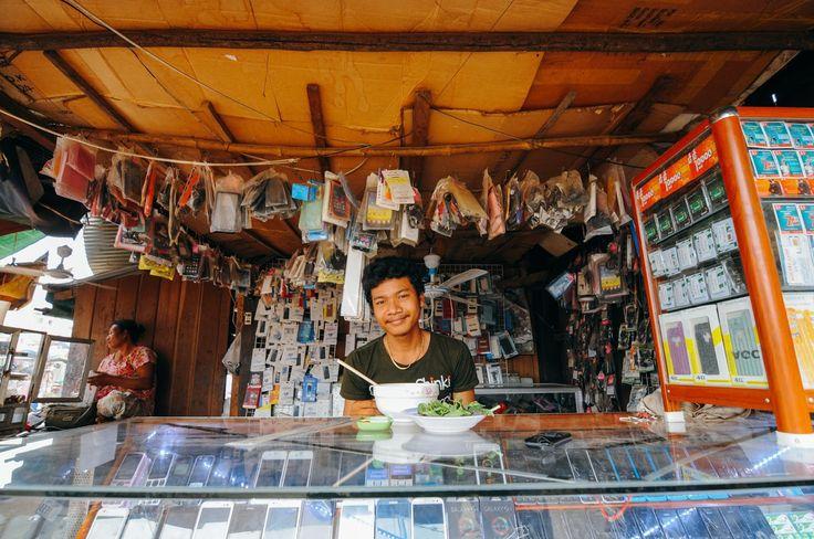 Besoin d'un cellulaire? Marché de Stung Treng, Cambodge