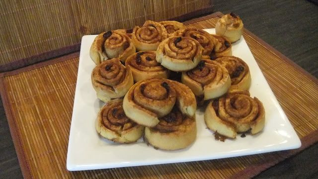 Dominique's kitchen: Kaneelbroodjes - Cinnamon rolls Kaneelbroodjes Cinnamon rolls  Nieuwsgierig naar het recept ? Je kunt het vinden op mijn blog. For the recipe, visit my blog.  #kaneelbroodjes #cinnamonrolls #bloem #flour #eieren #eggs #melk #milk #gist #yeast #boter #butter #rozijnen #raisins #suiker #sugar #kaneel #cinnamon