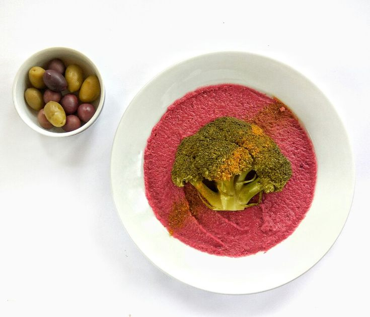 Šošovicovo-cviklová nátierka s brokolicou. #sosovica #sosovicova #šošovica #cvikla #repa #brokolica #olivy #fit #tip #fittip #nitra #vnitre #varimezdravo #strukoviny #zelenina #slovensko #healthyfood #healthyfoodnitra #donaska #panibaklazani #pánibaklažáni