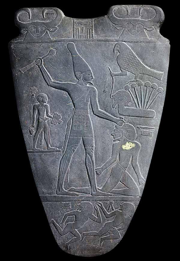 La tavolozza del re Narmer, che celebra la vittoria di un re del Sud contro città settentrionali, in esso ci sono già i prodromi della scrittura geroglifica e il simbolo della regalità, il dio falco Horo. Articolo intero da Archart: http://www.archart.it/tavolozza-di-re-narmer.html