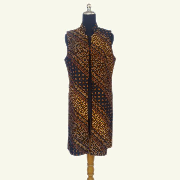 Modern batik long vest, warna sogan batik solo yang elegan ini cocok dipadu padankan dengan warna gelap dan cerah. Full lapisan tricot, ada kantung kiri dan kanan. Modern dan stylish.