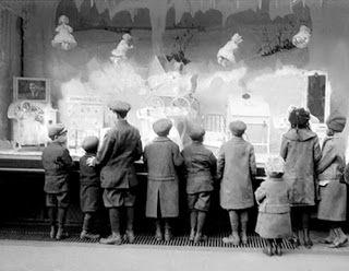 El vendedor silencioso. La utilización del escaparate, tal como lo entendemos hoy en día, data del siglo XIX. Estrechamente unida a la aparición de los grandes almacenes, Paris y Londres fueron las capitales que vieron nacer el escaparate (los primeros fueron los Au Bon Marché parisinos, seguidos de los Harrod´s londinenses o los Sears o Macy´s americanos) y las revistas de moda.