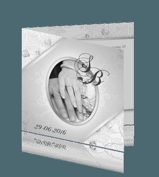 Klassieke witte foto trouwkaart met grijze bloemen en lint