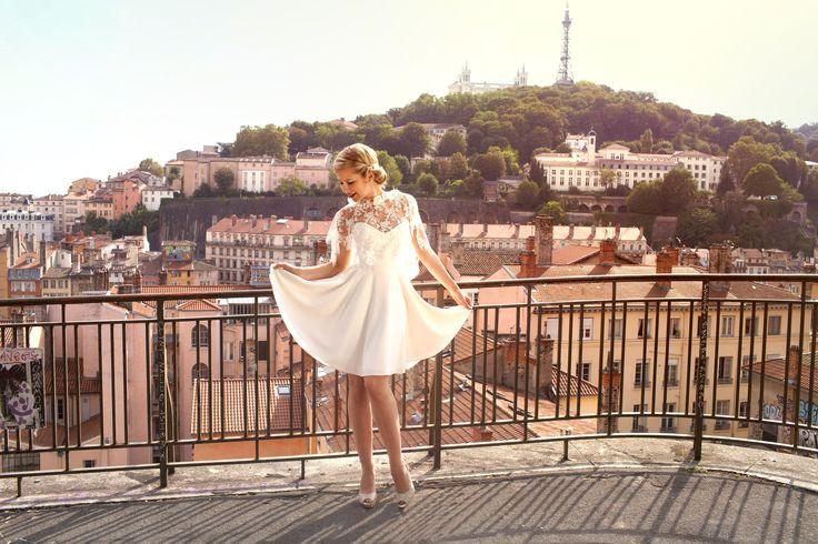 Ludivine Guillot, robe de mariée sur mesure à Lyon. Cape - dentelle - strass - robe courte - bustier - fluide - crêpe - jupe patineuse - tenue chic - élégant - rétro - bohème - Broderies - Vintage - wedding dress - bridal gown - lace - mariage civil - tendance 2017 2018 - Tenue Mairie