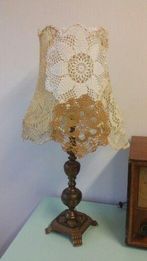 Lampeskjerm av heklede duker