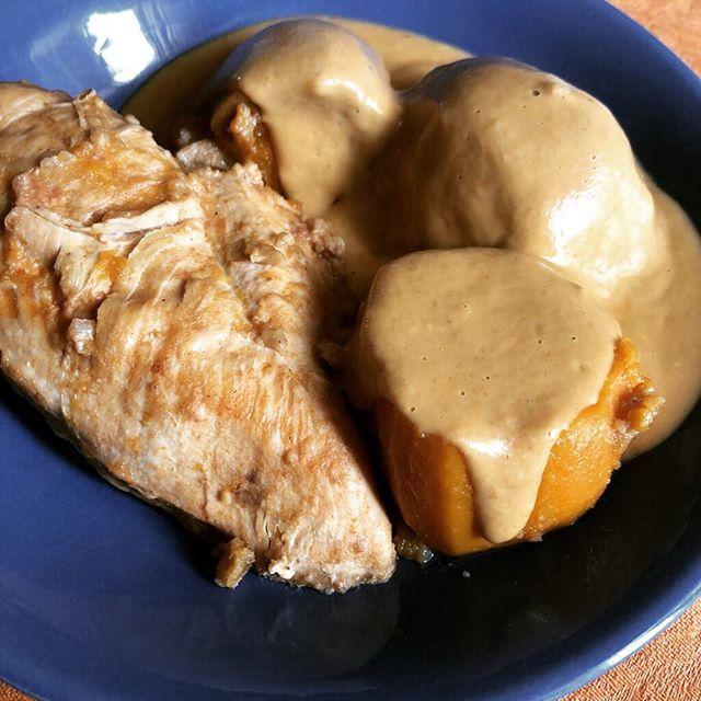 Quand la cuisine africaine rencontre les ustensiles US comme le slow cooker (mijoteuse) pour une poulet mafé. Petit clin dœil au groupe WhatsApp : partage cuisine africaine http://ift.tt/2oNI676 #poulet #afrique #pouletmafé #beurredecacahuete #cuisine #food #homemade #faitmaison N'hésitez pas à nous demander la recette nous la publierons dans notre bloghttp://ift.tt/1q7mxub Vous pouvez nous suivre dans Twitter @mememoniq ou sur Facebook http://ift.tt/1JA3KvP