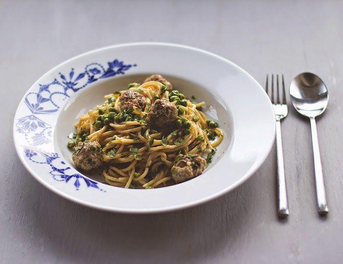 Immer auf dem Sprung mit schneller Feierabendpasta im Gepäck: Spaghetti mit Fleischbällchen und Erbsen