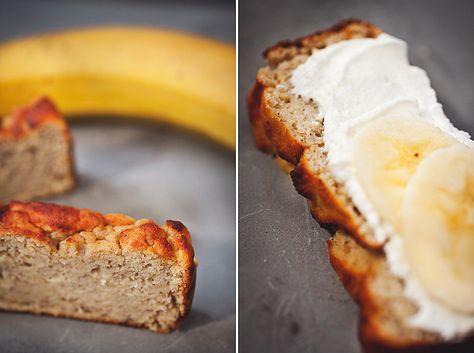 Bananbröd (banankaka) – ROETHLISBERGER - 200 g silkestofu 200 g banan 1 ägg + 3 äggvitor 1 dl vatten 1,5 dl kokosmjöl 3 tsk bakpulver 2 nypor salt 1/4 tsk vaniljpulver 10 g vanilj kasein 2,5 msk sötningsströ (beror på hur sött du önskar)