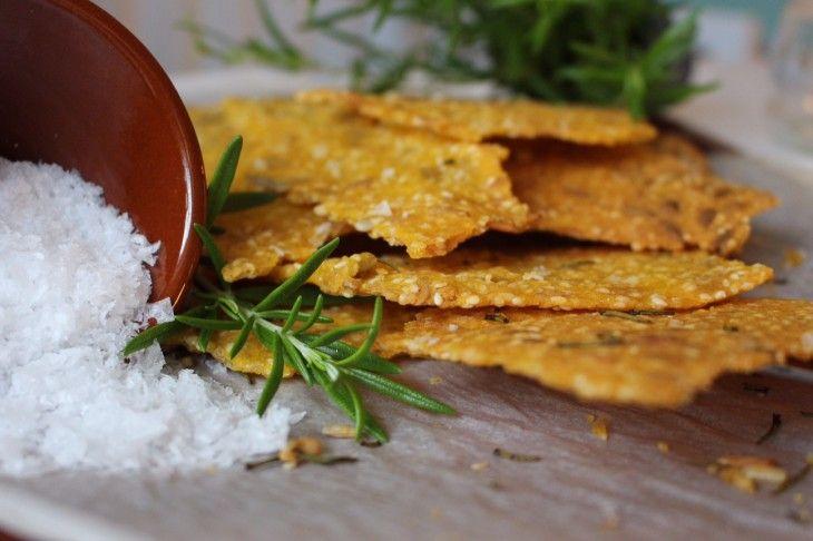Naturligt glutenfritt knäcke bakat på majsmjöl och polenta, smaksatt med färsk rosmarin och flingsalt.