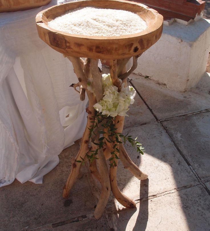 νέο σχέδιο βάση από θαλασσοξυλα με ξύλινο σκαλιστό δίσκο για το ρύζι στην εκκλησία... o δίσκος καθώς και οι άλλες δημιουργίες σε αυτό το άλμπουμ παρέχονται δωρεάν όταν έχουμε αναλάβει τον στολισμό με άνθη..Δεξίωση | Στολισμός Γάμου | Στολισμός Εκκλησίας | Διακόσμηση Βάπτισης | Στολισμός Βάπτισης | Γάμος σε Νησί & Παραλία