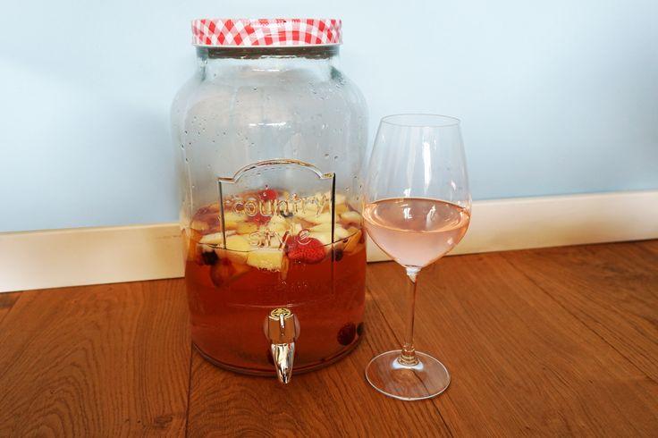 Een heerlijke dorstlesser met warm weer is witte sangria! Dit keer hebben we een versie voor jullie met witte wijn, bruisend citroenwater en zoet fruit.