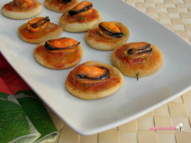 Focaccine con le cozze una ricetta per un finger food facile da preparare per antipasto o aperitivo, per i buffet delle feste anche eleganti. Basta avere u