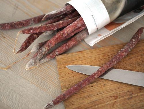 Hemgjord ölkorv smaksatt med vitlök, paprika och olika peppar. Smala långa ölkorvar stoppade med malt griskött i lammfjälster.