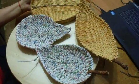 Тарелки плетеные в форме листа разными способами.