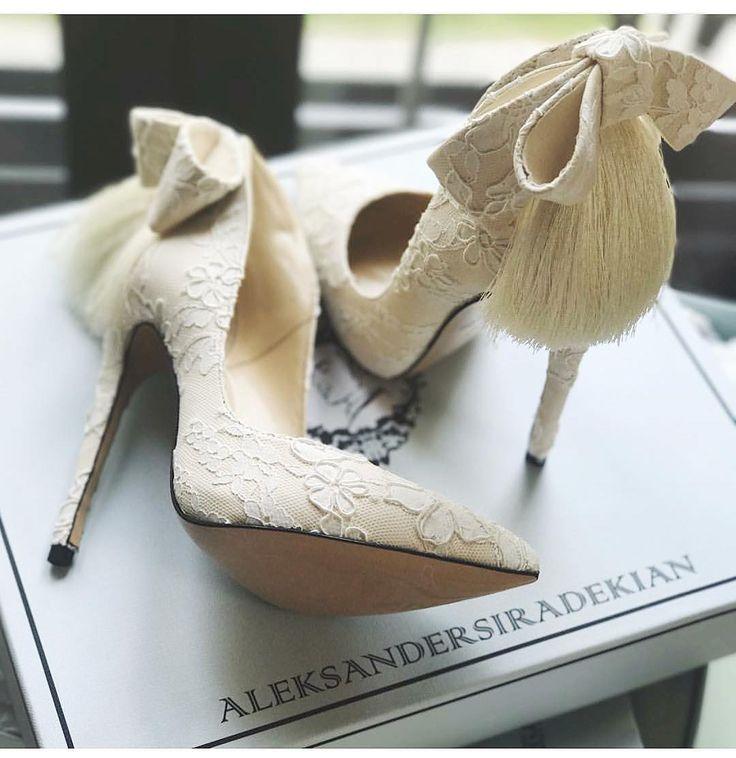 500 vind-ik-leuks, 7 reacties - @aleksandersiradekian op Instagram: 'Молочное кружево и мягкая замша, для Вашего особого дня !!! #aleksandersiradekian #wedding…'