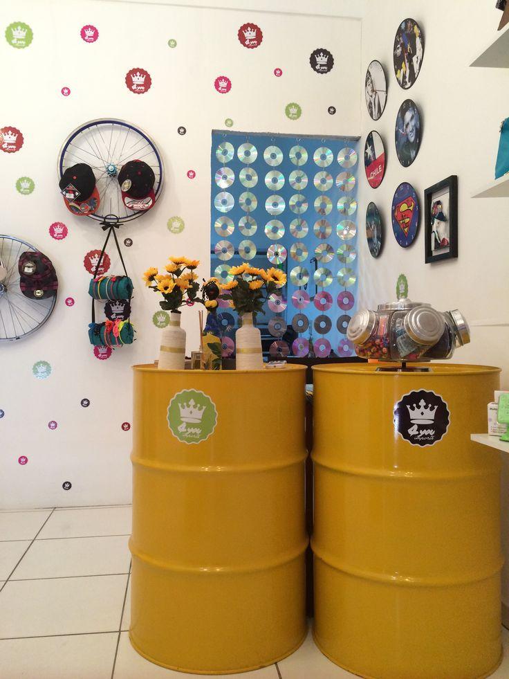 Cortina feita com cd's, balcão de tambor, aro de bicicletas utilizado como suportes e lp's utilizados como relógios de parede.