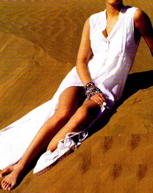 Longue, fendue haut sur les côtés, cette jolie robe à coudre dévoile plus qu'elle ne voile. Idéale pour la plage ! La robe Néfertiti La robe tablier La robe de campagne