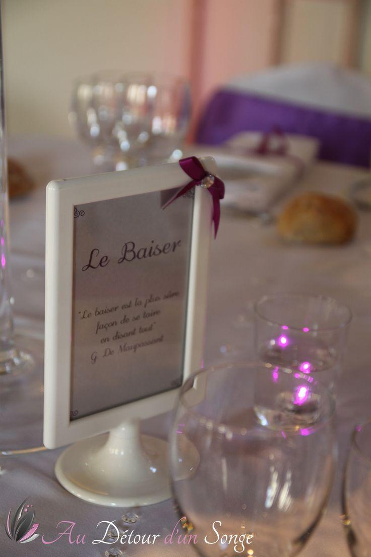 Décoration de la salle du repas - Cadres noms de table - Couleurs : blanc, violet et argent. www.audetourdunsonge.fr