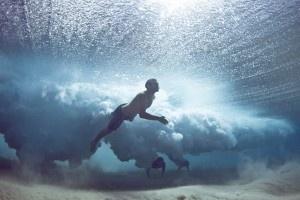 Incredibili foto subacquee di surfisti che cadono