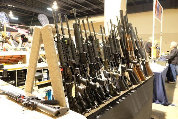 Decano abandona Universidad de Texas tras la luz verde a portar armas en el campus
