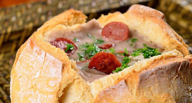 Receita CAMPEÃ para o frio: sopa deliciosa de feijão servida dentro do pão italiano - Bolsa de Mulher