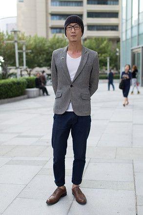 上海 Jingan, SHANGHAI. Fang Qiang, hair stylist. H&M blazer, Uniqlo trousers, Bata shoes. 【スライドショー】アジアの街角ファッションスナップ―上海、シンガポールなど