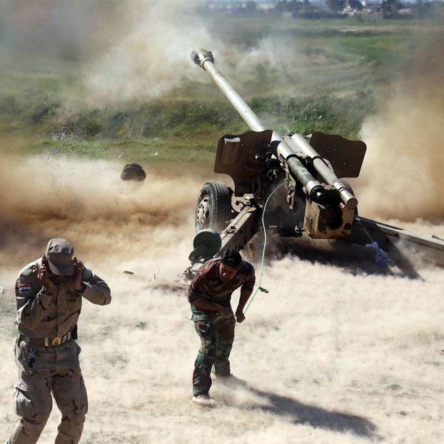 Uomini che fanno parte di forze paramilitari governative sparano dei razzi contro il gruppo Stato islamico a Kirkuk, nel nord dell'Iraq